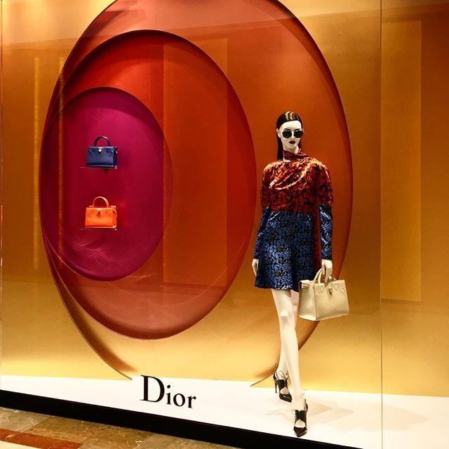 Ejemplo de uso de colores análogos de Dior.
