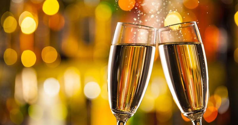 Copas de champán con fondo borroso